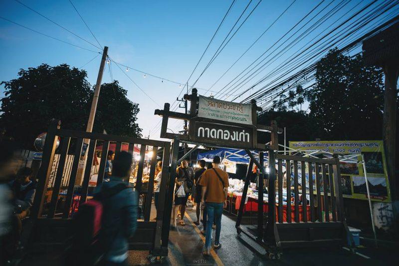 สถานที่ท่องเที่ยวจังหวัดแพร่ คือ กาดกองเก่า หรือ ถนนคนเดิน ที่สามารถเลือกซื้อสินค้ามากมาย