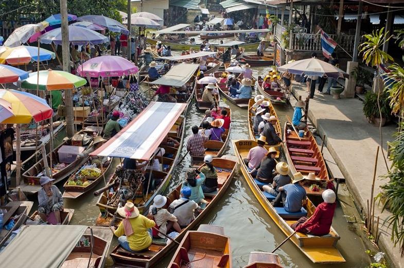 สถานที่ท่องเที่ยวเมืองรอง คือ เมืองราชบุรี ตลาดน้ำดำเนินสะดวก