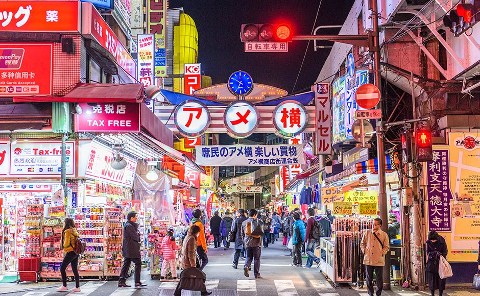 แหล่งช้อปปิ้งในโตเกียว ประเทศญี่ปุ่น คือ ตลาดอะเมโยโกะ (Ameyoko)  ขายของทุกอย่างตั้งแต่อาหารสดยันเสื้อผ้า และของใช้ต่าง ๆ