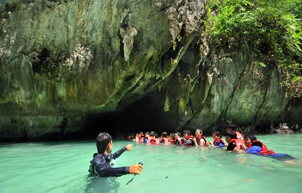 ทริปถ้ำมรกตจังหวัดตรัง จะเป็นทริปที่เริ่มจากเรือที่เรานั่งมาถึง ถ้ำมรกตได้มีการปล่อยให้นักท่องเที่ยวอยู่บริเวณปากถ้ำและมีการว่ายน้ำเข้าไปในถ้ำ