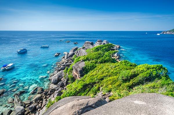 ทะเลอันดามัน หมู่เกาะสิมิลันนั้น จะสามารถลงไปดำน้ำดูปะการังและถ่ายรูปกับสัตว์ทะเลได้  หมู่เกาะสิมิลัน ยังคงไว้กับการอนุรักษ์ธรรมชาติใต้ท้องทะเล