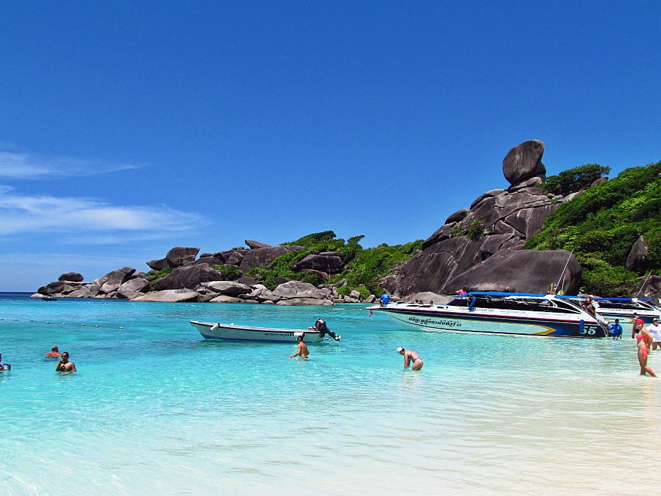 ทะเลอันดามัน หมู่เกาะสิมิลัน นั้นมีเกาะเยอะแยะมากมาย  ซึ่งหมู่เกาะสิมิลัน เป็นเกาะที่ติดอันดับ 1 ใน 10 ของโลก และเป็นเกาะที่มีขนาดใหญ่