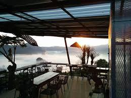 บ้านทะเลหมอก เป็นสถานที่เที่ยวยอดนิยมที่นักท่องเที่ยวชอบมาพักผ่อน มีร้านกาแฟให้นั่งชิล ดื่มกาแฟอร่อย ๆ ยามเช้านั่งชมทะเลหมอกอ่อน ๆ