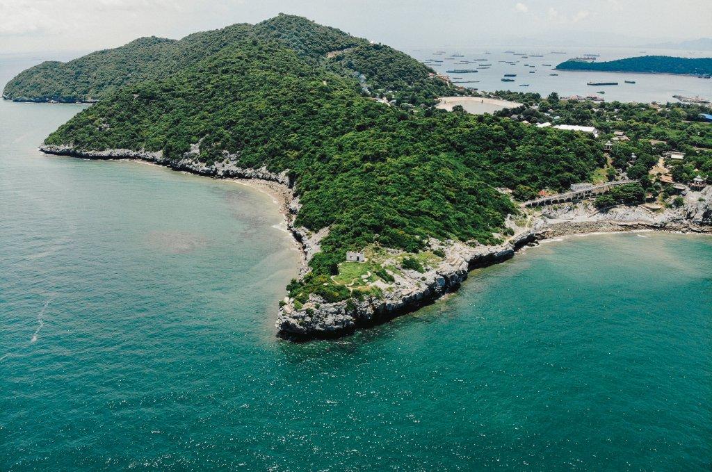 เกาะสีชังสามารถดึงดูดให้นักท่องเที่ยวเดินทางมาเที่ยวได้ เพราะว่าเป็นเกาะขนาดเล็กค่อนข้างเงียบสงบ