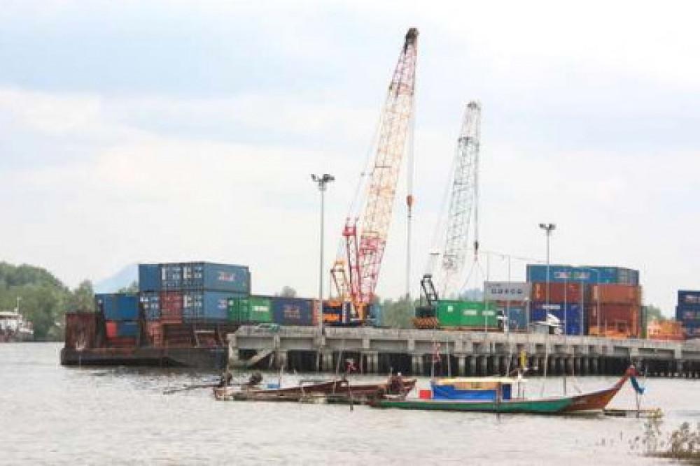 ท่องเที่ยวเมืองตรัง คือ ท่าเรือกันตังเป็นท่าเรือสำคัญของทางภาคใต้มีภูมิประเทศเหมาะกับการทำประมง
