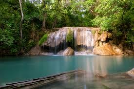 น้ำตกเอราวัณ นั้นถูกปกคลุมไปด้วยต้นไม้ที่สูงใหญ่ เส้นทางสำรวจธรรมชาติ น้ำตกมีทั้งหมด 7 ชั้น