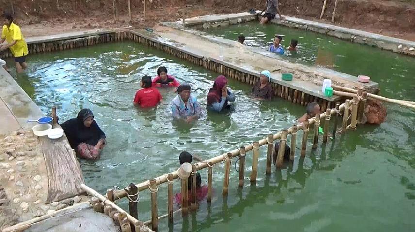 ท่องเที่ยวเมืองตรัง คือ วนอุทยานบ่อน้ำร้อนกันตัง เดิมเรียกว่าบ่อน้ำร้อนควนแคง เป็นบ่อน้ำพุร้อนธรรมชาติมี 3 บ่อ