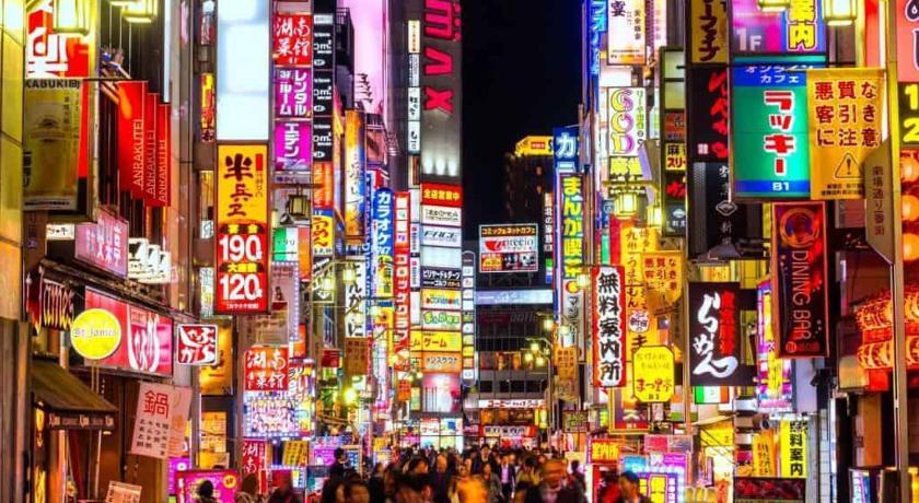 แหล่งช้อปปิ้งในโตเกียว ประเทศญี่ปุ่น คือ ย่านชินจูกุ (Shinjuku) ย่านช้อปปิ้งที่ใหญ่ที่สุดในโตเกียว ประเทศญี่ปุ่น เพราะเป็นแหล่งรวมแบรนด์เนมต่าง ๆ ของประเทศญี่ปุ่น