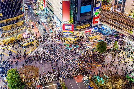 """แหล่งช้อปปิ้งในโตเกียว ประเทศญี่ปุ่น คือ ย่านชิบูยา (Shibuya) ขาช้อปรวมถึงนักท่องเที่ยวห้ามพลาด เป็นจุดรวมของวัยรุ่นและวัยทำงาน แลนด์มาร์กของที่นี่คือ """"ทางม้าลาย"""""""