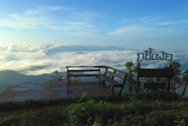 สถานที่ท่องเที่ยวใน แม่ฮ่องสอน  คือ ภูชี้เพ้อ เป็นอุทยานที่ยังไม่เป็นที่รู้จัก บอกเลยว่าเป็นจุดชมวิว และมีความเป็นทะเลหมอกนิดๆ