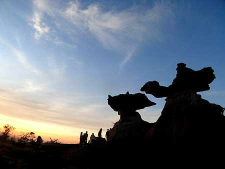 จุดชมวิวพระอาทิตย์ตกดินสุดโรแมนติก  คือ เสาเฉลียงคู่ ทางภาคตะวันออกเฉียงเหนือของประเทศไทย ตั้งอยู่ที่อุทยานแห่งชาติผาแต้ม จังหวัดอุบลราชธานี เสาเฉลียงคู่ สถานที่ที่เกิดขึ้นเองตามธรรมชาติ