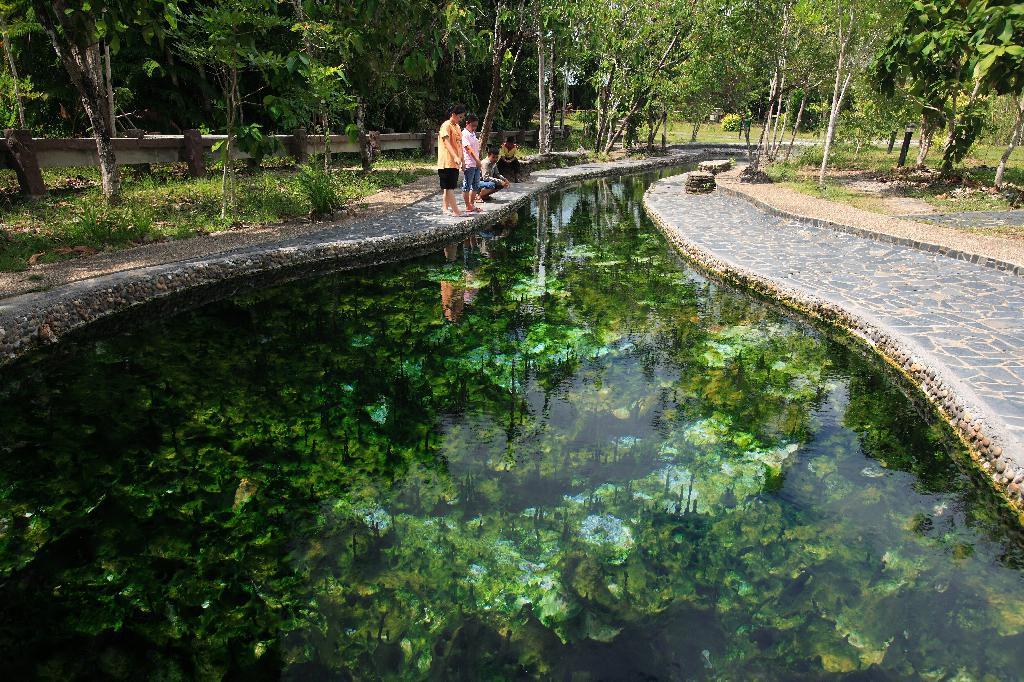 สถานที่ท่องเที่ยว  คือ วนอุทยานบ่อน้ำร้อนกันตัง ก็คือน้ำพุร้อนจากธรรมชาติ มีที่ให้ลงไปแช่น้ำพุในบ่อ