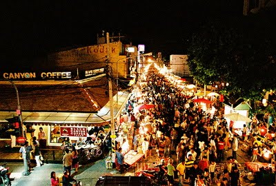 สถานที่ท่องเที่ยวในแม่ฮ่องสอนที่ คือ ถนนคนเดินปาย เป็นถนนคนเดินที่คนที่มาท่องเที่ยวสามารถซื้อของฝากกลับไปฝากคนที่บ้านได้