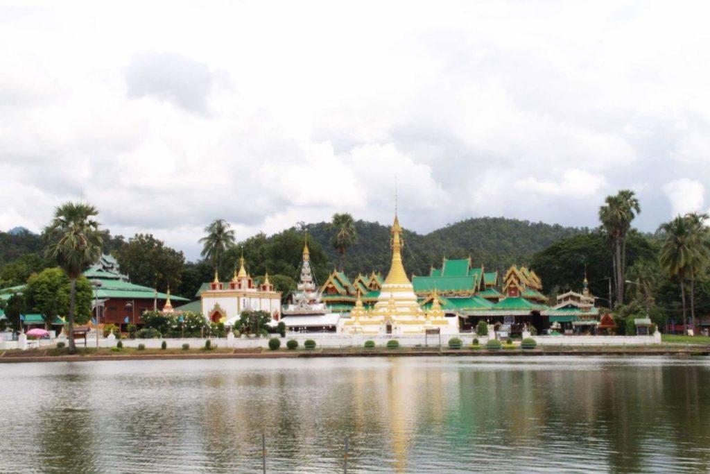 เมืองสามหมอก มีวัดสไตล์พม่า คือวัดจองคำ และวัดจองกลางตั้งอยู่ติดกับทะเลสาบเล็ก ๆ