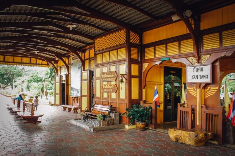 ท่องเที่ยวเมืองตรัง คือ สถานีรถไฟกันตัง เป็นสถานีรถไฟสายสุดท้ายของฝั่งอันดามันสร้างมาตั้งแต่ปี พ.ศ. 2456