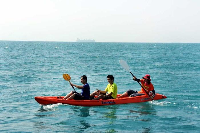 มาเที่ยวเกาะสีชัง จะต้องพายเรือคายัด มีบริการเรือคายัคให้เช่าที่หาดถ้ำพังหรืออาจจะดำน้ำดูปะการังก็ได้