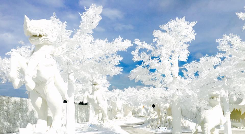 เที่ยวพัทยา ฟรอสพัทยา (Frost Magical Ice of Siam) แดนน้ำแข็งที่ใหญ่ที่สุดในอาเซียน! ที่ตั้งอยู่บนพื้นที่ 30,000 ตารางเมตร เรียกได้ว่าใหญ่มหึมาสุด ๆ ภายในได้รวบรวมงานประติมากรรมน้ำแข็งที่ถูกตั้งโชว์ในห้องที่มีอุณหภูมิต่ำถึง -10 องศา