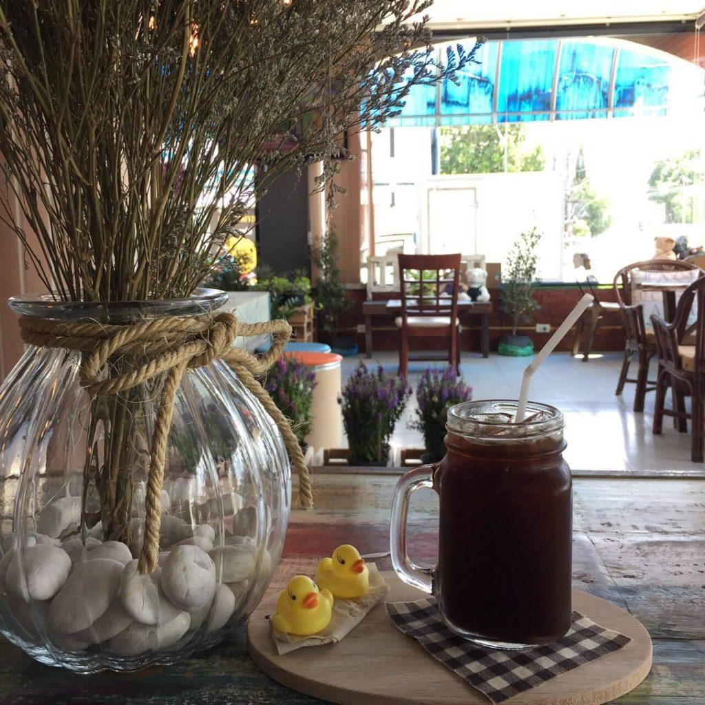 ร้านกาแฟ Café 66  คาเฟ่ 66  อยู่ที่กรุงเทพมหานคร เหมาะสำหรับไปนั่งกินกาแฟ กินบรรยากาศ นั่งตากแอร์เย็น ๆ ชิมขนมเค้กอร่อย ๆ
