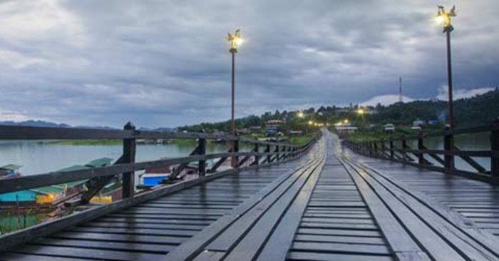 จังหวัดกาญจนบุรี มิตรภาพกับประเทศเพื่อนบ้านได้เป็นอย่างดี นั่นก็คือ สะพานมอญ