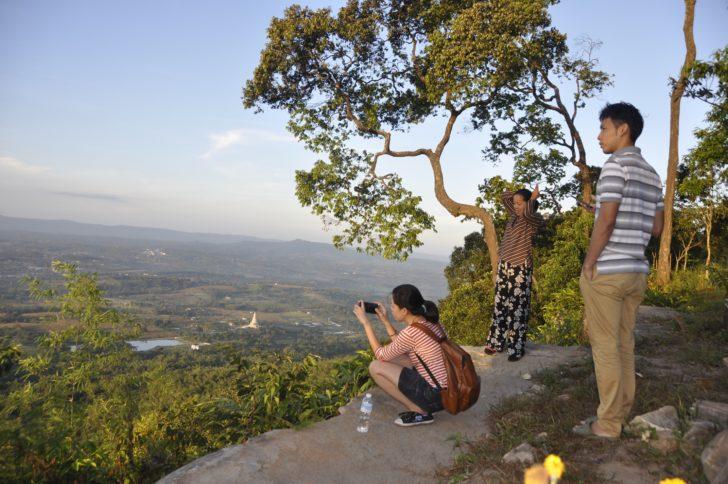 ท่องเที่ยวผาเก็บตะวัน ชมวิวที่สวยงาม สามารถมองไปเห็นได้อย่างไกลลิบ