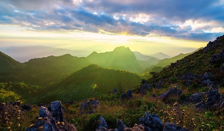 ท่องเที่ยวเชียงดาว สถานที่ท่องเที่ยวธรรมชาติ เหมาะกับการผักพ่อน เพราะรอบล้อมไปด้วยธรรมชาติและบรรยากาศที่เงียบสงบ