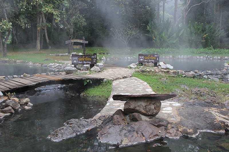 ท่องเที่ยวเชียงดาว สถานที่ที่สอง คือ น้ำพุร้อนโป่งอาง โดยเหมาะแก่นักท่องเที่ยวที่ชื่นชอบการแช่น้ำพุร้อน