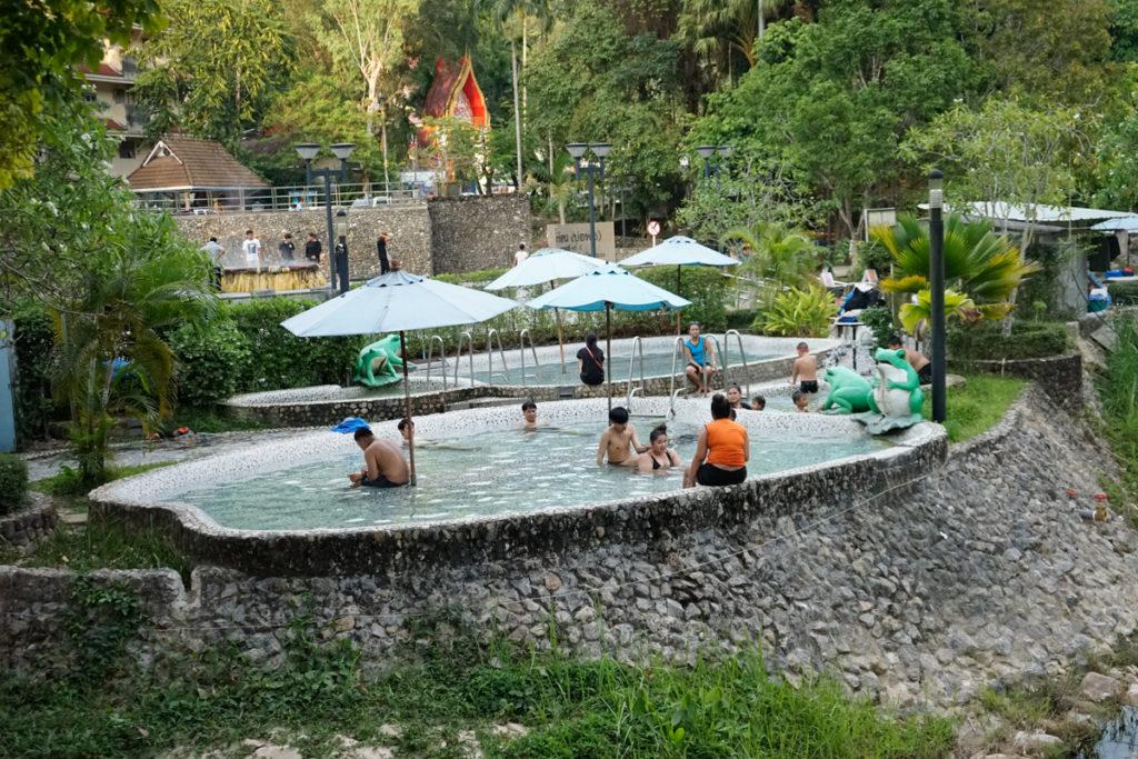 หาดส้มแป้น ที่มีที่ตั้งของบ่อน้ำแร่ โดยบ่อน้ำแร่ ที่อยู่ในสวนสาธารณะ รักษะวาริน