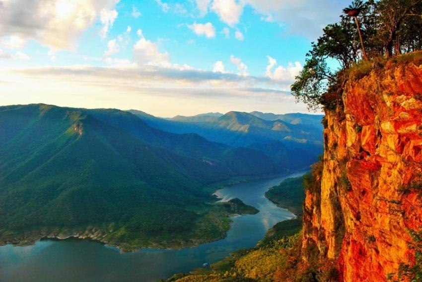 ผาแดงอุทยานแห่งชาติแม่ปิง ที่มีวิวทิวทัศน์และแสงแดดตกกระทบอย่างสวยงาม