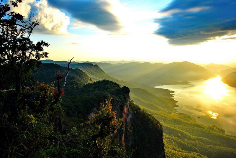 ผาแดงอุทยานแห่งชาติแม่ปิง การท่องเที่ยวในช่วงเช้าก็จะพบกับหมอกจางๆพร้อมกับดวงอาทิตย์แตะที่เส้นขอบฟ้า