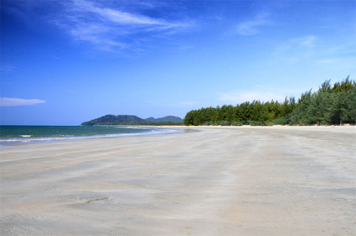 เกาะพระทอง ชายหาดที่สวยเหมือนเกาะอื่นๆในฝั่งทะเลอันดามัน มีทะเลที่มีสีสวยงามด้วยสีฟ้าขาวอย่างสดใส