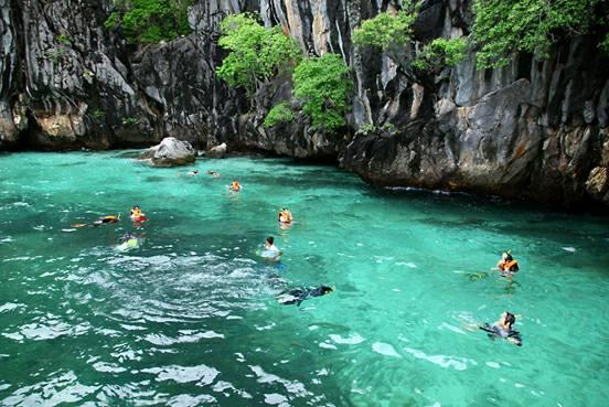 เกาะมุก แห่งนี้ถือเป็นเกาะที่มีชื่อเสียงที่โด่งดังในเรื่องของการดำน้ำที่ถ้ำ และได้เห็นน้ำทะเลที่มีสีเขียวสดใส