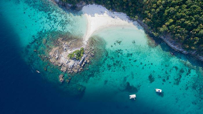 กาะราชา เป็นเกาะที่มีความสวยงามด้วยหาดทรายที่มีสีขาวโพลน และยังเห็นความสวยงามของน้ำทะเลที่มีปะการังอยู่อย่างเห็นได้ชัด