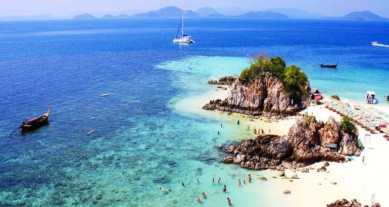 เกาะที่จังหวัดพังงา เกาะที่หนึ่งเป็นเกาะที่เรียกว่า เกาะไข่นอก ขอบอกเลยว่าเกาะนี้มีความสวยงามเป็นอย่างมากด้วยหาดทรายที่ขาวและน้ำทะเลสวย