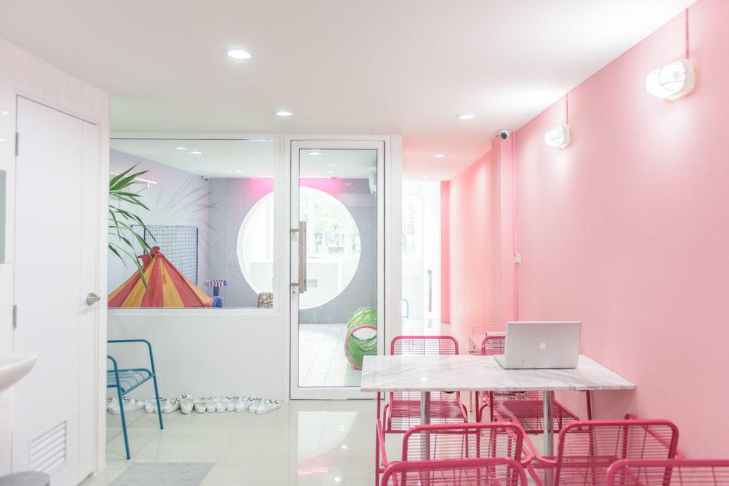 """POOLTIME CAFÉ"""" ร้านคาเฟ่สไตล์เกาหลี ที่ออกแบบตกแต่งให้เป็นสีโทน Pastel ทั้งหมด จึงทำให้บรรยากาศดูหวานฉ่ำ"""