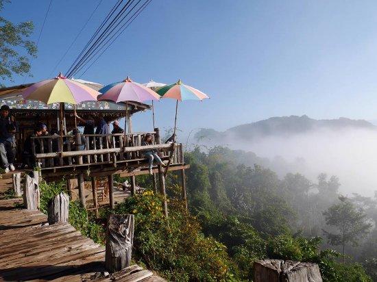 สถานที่ท่องเที่ยวปาย จังหวัดแม่ฮ่องสอน ที่สวยงามมาก คือ ก๋วยเตี๋ยวห้อยขาบ้านจ่าโบ่
