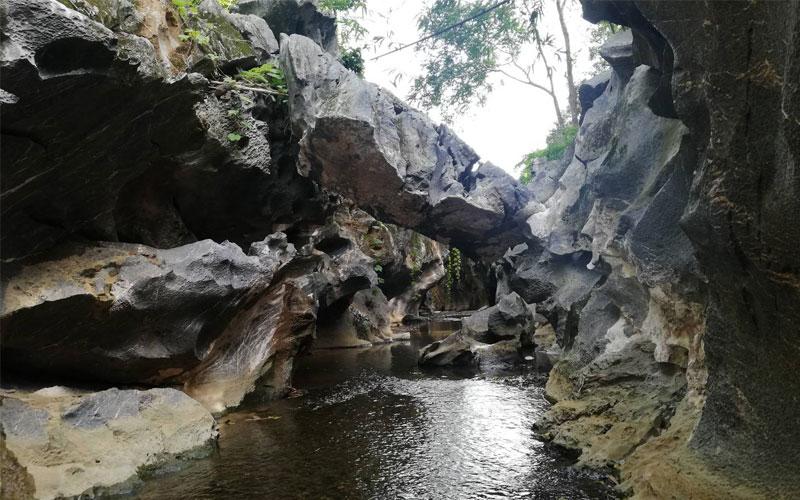 สถานที่ท่องเที่ยวที่เกี่ยวกับหิน ธรรมชาติสร้างขึ้นต้องบอกเลยว่าน่าสนใจมากๆ คือ คลองหินดำ