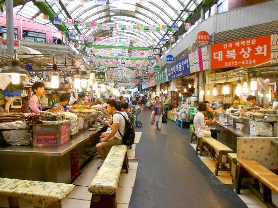 ย่านช้อปปิ้งในกรุงโซล สถานที่ที่สี่ คือ ตลาดทงแดมุน (Dongdaemun Market) ย่านช้อปปิ้งสุดฮิตในกรุงโซล ประเทศเกาหลีใต้ แหล่งแฟชั่นชื่อดัง
