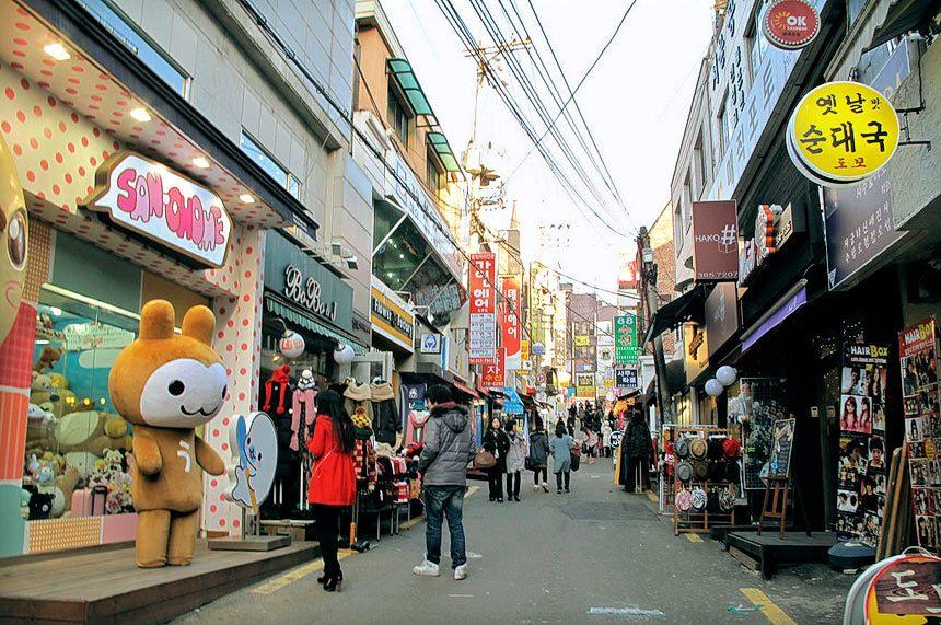 ย่านช้อปปิ้งในกรุงโซล สถานที่ที่ห้า คือ ย่านอีฮวา (Ewha Shopping Street) ย่านช้อปปิ้งสุดฮิตในกรุงโซล ประเทศเกาหลีใต้ เป็นแหล่งช้อปปิ้งที่เอาใจสาว ๆ
