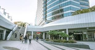 ย่านช้อปปิ้งในกรุงโซล สถานที่ที่สาม คือ ศูนย์การค้าโคเอ็กซ์ (Coex Mall) ย่านช้อปปิ้งสุดฮิตในกรุงโซล ประเทศเกาหลีใต้ มาถึงห้างแบรนด์เนมชื่อดัง
