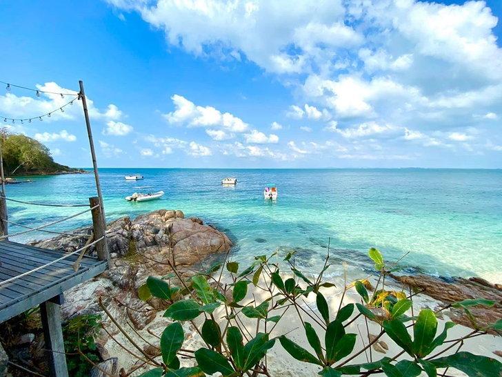 สถานที่ท่องเที่ยวในระยอง ที่บอกเลยว่าสวยงามน่าเที่ยว สถานที่ท่องเที่ยวแรกที่แอดอยากจะมาแนะนำ คือ เกาะมันนอก