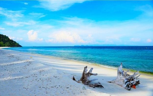 สถานที่ท่องเที่ยวทะเล ที่มีความเงียบสงบ สถานที่ท่องเที่ยวที่สามที่แอดอยากจะมาแนะนำ คือ เกาะอาดัง ตั้งอยู่ที่จังหวัดสตูล