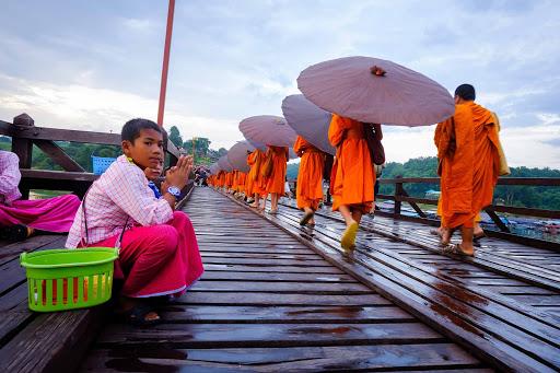 ใส่บาตรในยามเช้า ที่สะพานมอญสังขละบุรี