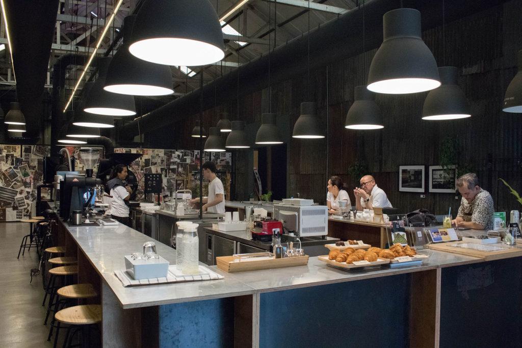 ร้านคาเฟ่ย่านเจริญกรุง ร้านกาแฟน่านั่ง คาเฟ่ที่สองที่อยากแนะนำ คือ Coffee Roaster by Li-bra-ry