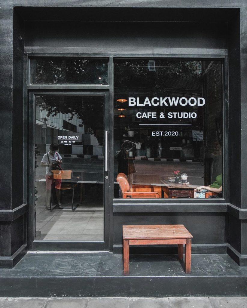 ร้านคาเฟ่ย่านเจริญกรุง ร้านกาแฟน่านั่ง คาเฟ่แรกที่อยากแนะนำ คือ blackwood.bkk