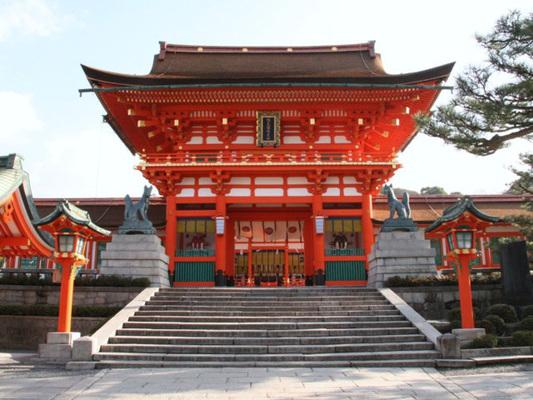 ศาลเจ้าฟูชิมิอินาริ สร้างเพื่อบูชาเทพเจ้าอินาริ