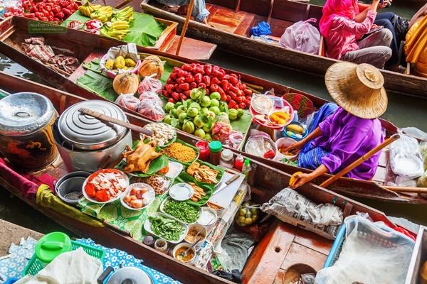 ตลาดน้ำดำเนินสะดวกมีอาหารมากมาย