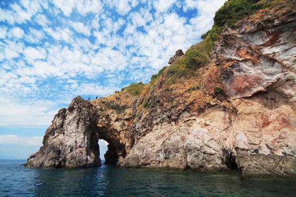 เกาะทะลุ เป็นอีกหนึ่งเกาะที่น่าสนใจ